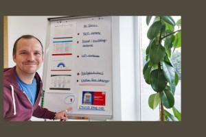 Jan vor seinem Flipchart mit Ausdrucken der Projektergebnisse des Employer Branding Projekts mit und für CEWE