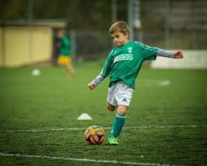 Balvaardigheid oefenen door voetballen