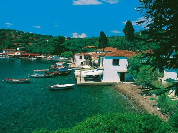 Μακριά απ' τον πολιτισμό, χωρίς αυτοκίνητα: Στο ωραιότερο «άγνωστο» ελληνικό νησάκι μένεις με λιγότερα από 10 ευρώ τη μέρα