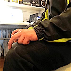 中指で膝を掻くノンバーバル