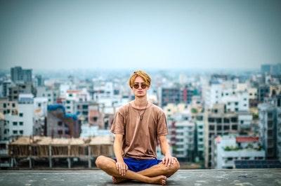 瞑想をしている男性