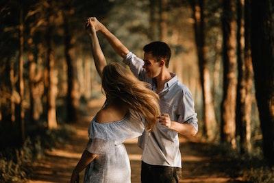 森でダンスするカップル