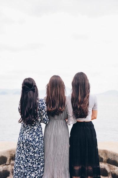 パーマヘアの3人の女性
