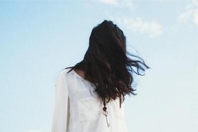 髪の毛の量が多い女性