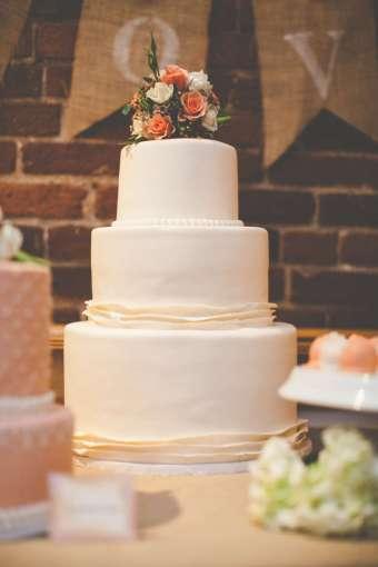 torta nuziale ricoperta di pasta di zucchero