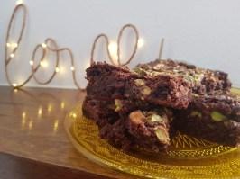 Brownies al cioccolato fondente, pistacchi e sale di Camargue