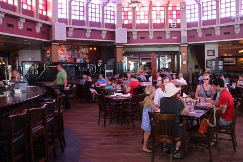 Para pais e filhos: o salão do o balcão do pub irlandês Raglan Road, em Disney Springs, onde encontramos pelo menos uma dezenas de lugares muito bons para se comer e beber, entre mais de 40 bares, restaurantes, cafés, lojas de comida, food trucks e outras casas de alimentos – Foto de Bruno Agostini