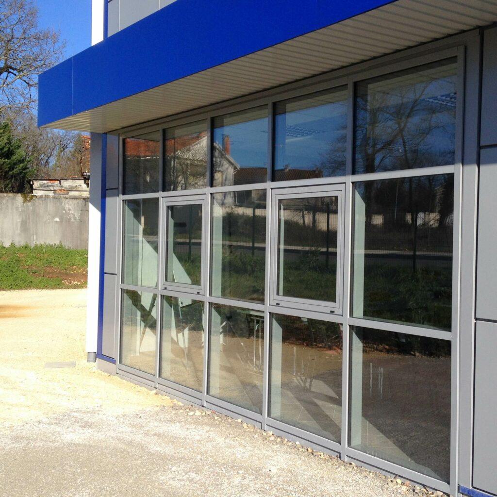 menuiseries aluminium en Charente pour locaux et bâtiments professionnels : commerces, industries, artisans, etc.