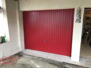 Porte basculante de garage rouge