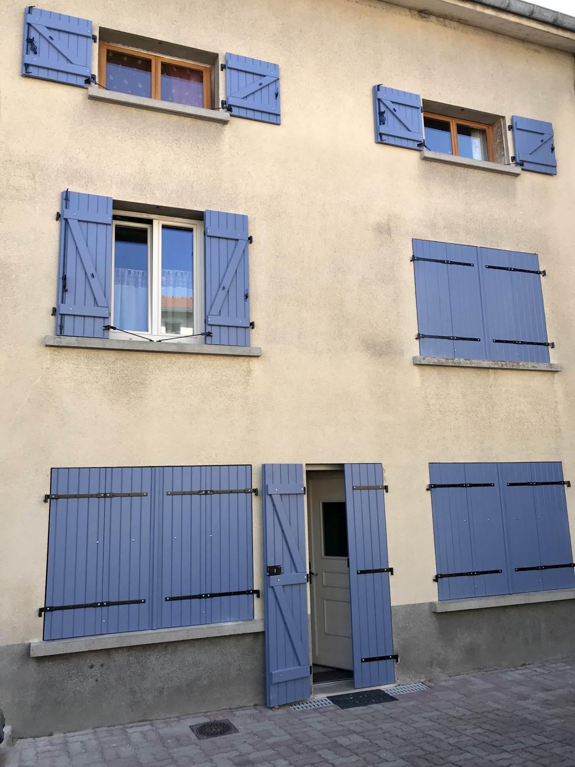 Volets bleu sur façade