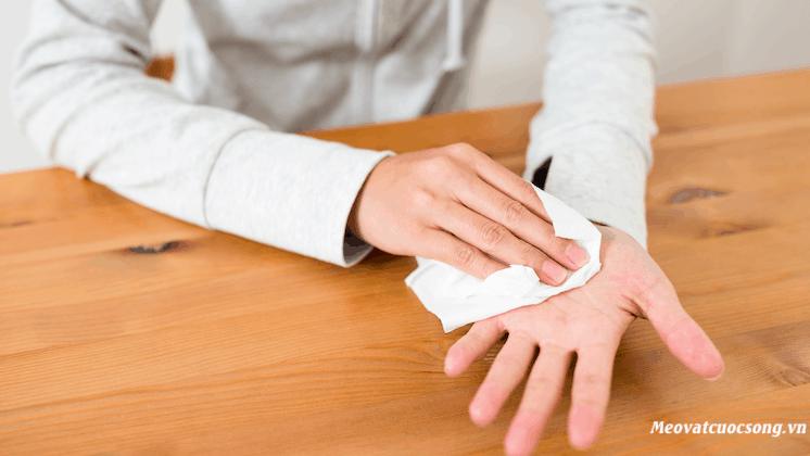 Chia sẻ 6 cách chữa mồ hôi tay chân hiệu quả nhất tại nhà