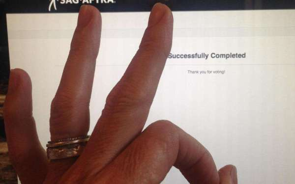 Рука Бастилы Шан, Наоми Хантер и ФемШеп, которая только что подписала заявку на страйк.