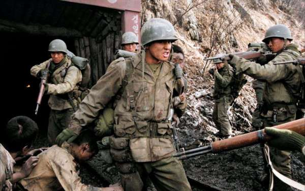 Luchshie-filmyi-v-retsenziyah-38-ya-parallel-Taegukgi-hwinalrimyeo-2004-3