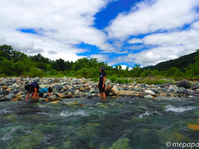 白馬グリーンアルプスの森キャンプ場で川遊び