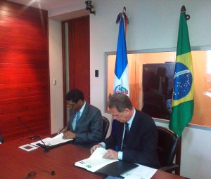 Inocencio García Javier, y el embajador Fernando Abreu firman los acuerdos