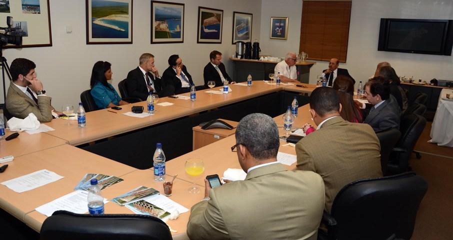 Vista del encuentro sostenido entre una comisión del Ministerio de Economía, encabezada por su titular Temístocles Montás y ejecutivos del Puerto Multimodal Caucedo