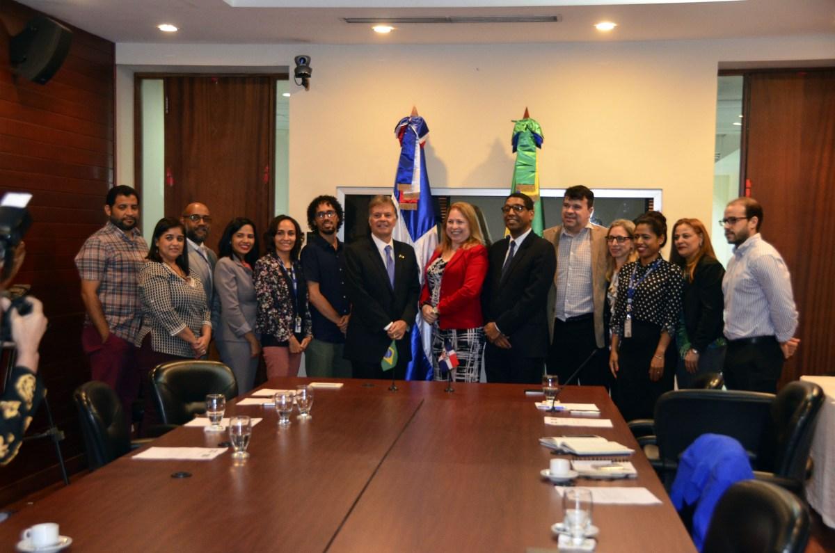 Comisionados de Brasil y funcionarios del MEPyD y del MINERD, en el acto de recibimiento en el salón de videoconferencia de la institución.
