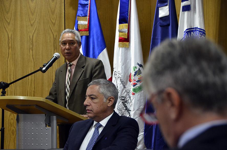 El ministro Isidoro Santana en la apertura del acto, acompañado por el ministro de Hacienda, Donald Guerrero Ortiz, y el representante del Banco Mundial, Alessandro Legrottaglie, en el MEPyD.