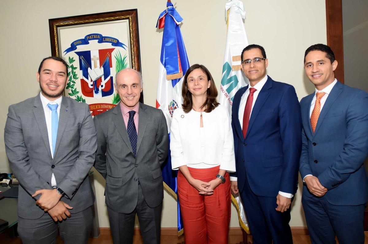 El ministro de Economía, Juan Ariel Jiménez con el embajador de España en el país, Alejandro Abellán García de Diego, y la coordinadora general de AECID, Blanca Yáñez Minondo, junto al director de Gabinete, Noel Bou y el director general de Cooperación Bilateral, Iván Cruz Burgos del MEPyD.