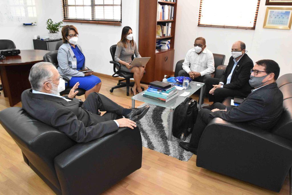 El ministro de Economía, Planificación y Desarrollo, Miguel Ceara Hatton, recibe la visita de cortesía del embajador de Israel en República Dominicana, Daniel Biran. Le acompañan diplomáticos y la viceministra Olaya Dotel.