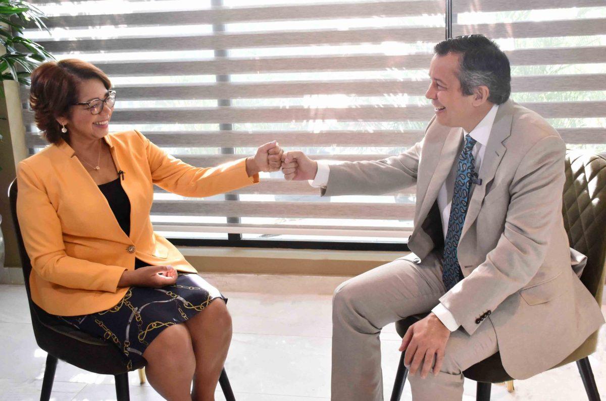 La viceministra Olaya Dotel entrevistada por el ministro de Medio Ambiente, Orlando Jorge Mera, en el programa Líderes.