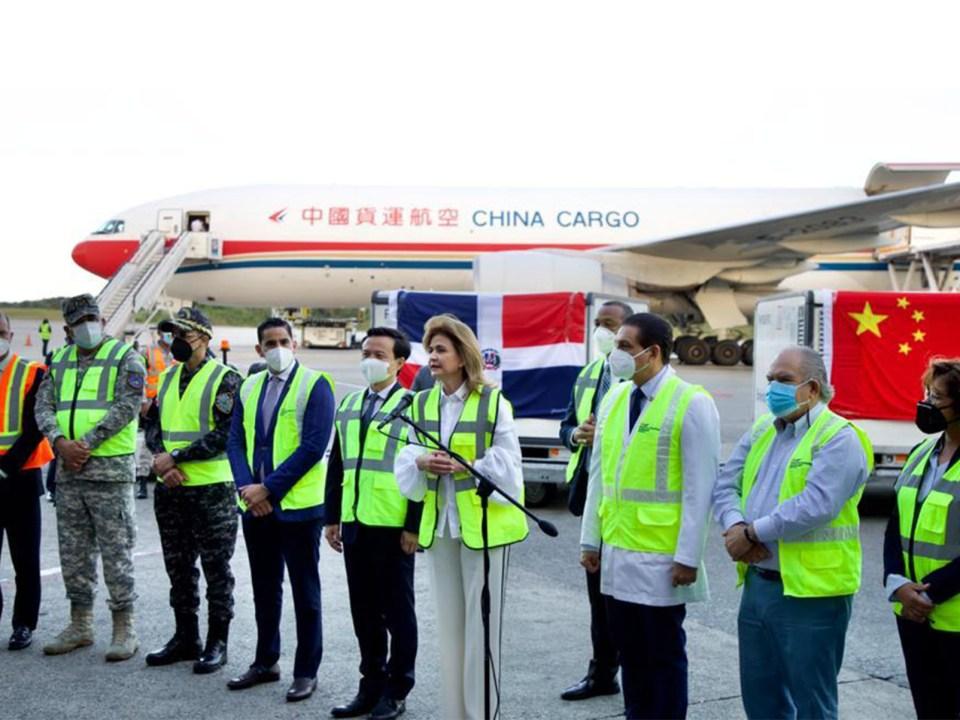 La viceministra de Cooperación Internacional, Olaya Dotel, representó al ministro de Economía, Planificación y Desarrollo, Miguel Ceara Hatton, en el acto de llegada del nuevo lote de vacunas procedente de China. La vicepresidente Raquel Peña encabezó la delegación dominicana en el recibo de las inoculaciones.