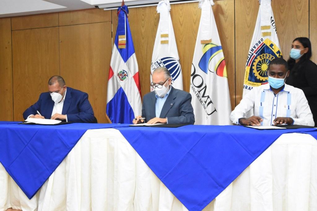 El ministro de Economía, Planificación y Desarrollo, Miguel Ceara Hatton, los alcaldes y alcaldesas y los presidentes y presidentas de los concejos de regidores firman la carta compromiso en la sede del ministerio.