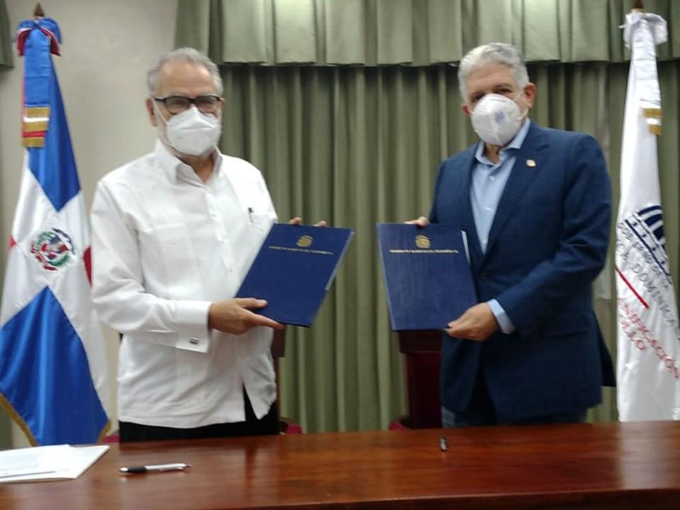 El ministro de Economía, Planificación y Desarrollo, Miguel Ceara Hatton, y el presidente del Senado de la República Dominicana, Eduardo Estrella firman el acuerdo.