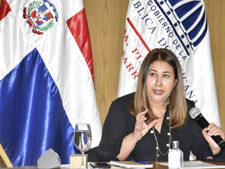 La directora ejecutiva del Centro Nacional de Fomento y Promoción de las ASFL, Vielka Polanco, encabeza el encuentro con representantes de organizaciones de la sociedad civil para alianza por las comunidades vulnerables.