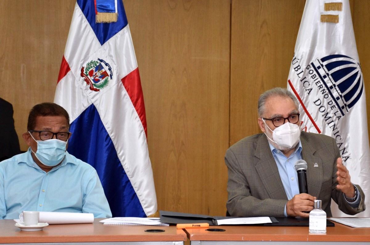 Ministro de Economía, Planificación y Desarrollo, Miguel Ceara Hatton; el director ejecutivo del Gabinete de Agua, Gilberto Reynoso; el director de la Corporación de Acueductos y Alcantarillados, Felipe Suberví; participan en el taller sobre Anteproyecto de la Ley de Agua de la República Dominicana.