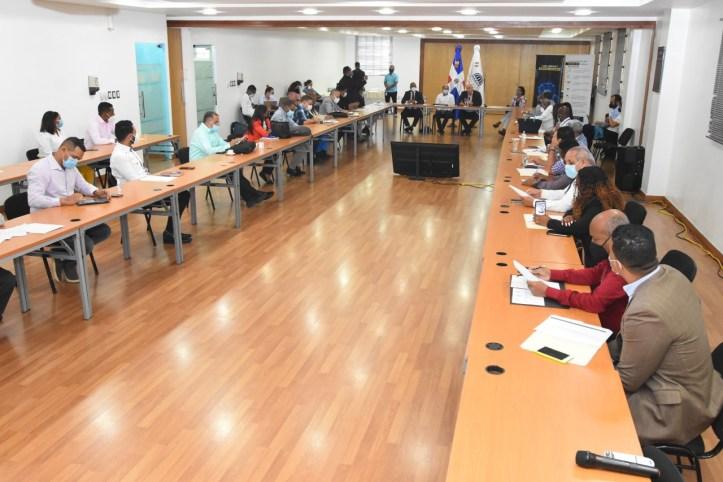 Vista parcial de los asistentes en el taller sobre planes de desarrollo municipales en el salón Carlos Ascuasiati del Ministerio de Economía, Planificación y Desarrollo.