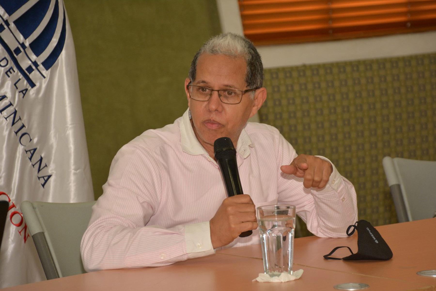 El viceministro de Ordenamiento Territorial y Desarrollo Regional, Domingo Matías, encabezó el segundo encuentro con la sociedad civil y autoridades de Haina.