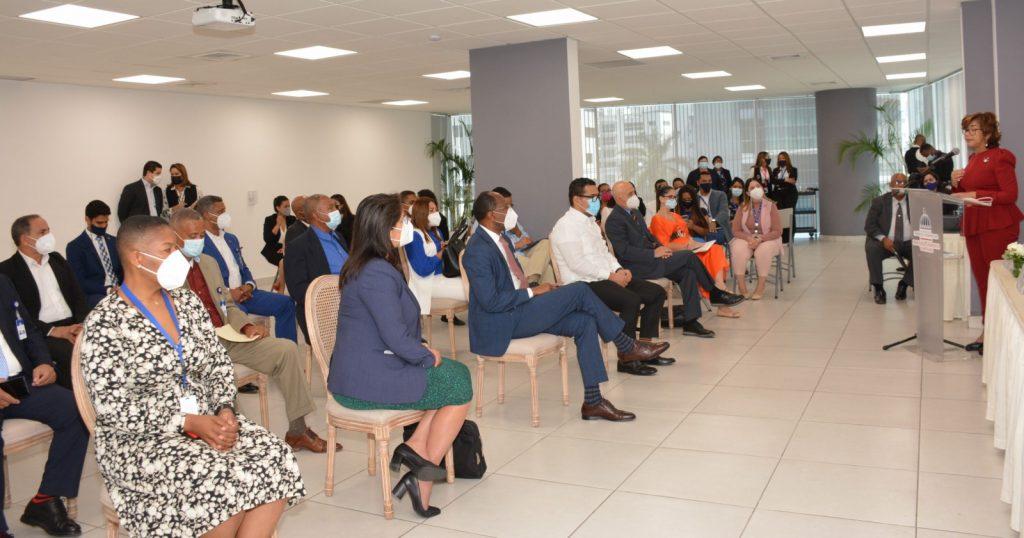 Olaya Dotel, viceministra de Cooperación Internacional del Ministerio de Economía, Planificación y Desarrollo y Ordenadora Nacional de los Fondos Europeos para el Desarrollo, se dirige a los participantes en el acto de lanzamiento del Reto Emprendedor Frontera.