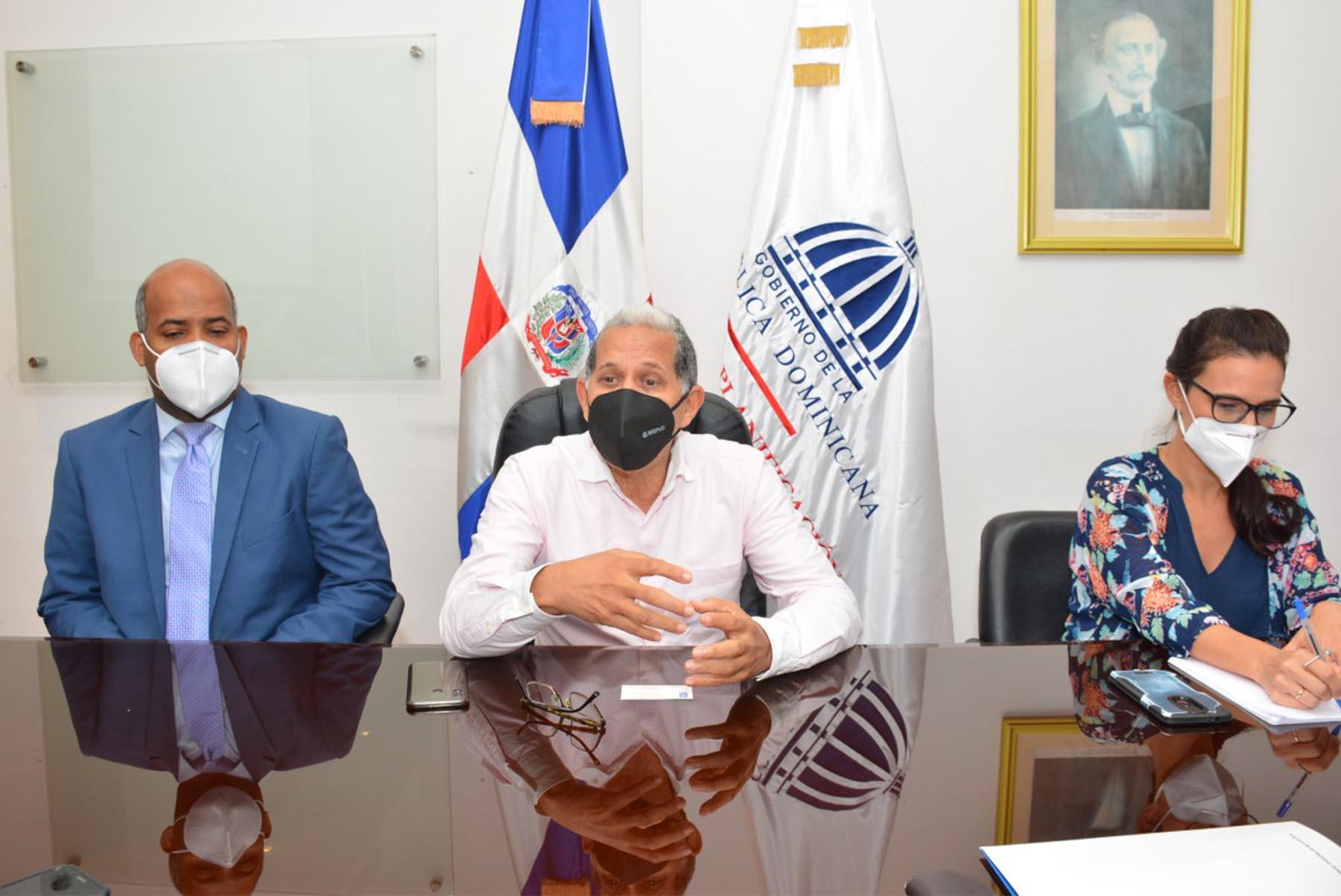 El viceministro de Ordenamiento Territorial y Desarrollo Regional, Domingo Matías, encabezó la reunión de trabajo con PNUD. A su izquierda, el director de Promoción de los Consejos de Desarrollo Provinciales, Luis Alberto Caraballo y la encargada de coordinación de los ODS por el PNUD, Magdalena Martínez del Cerro.