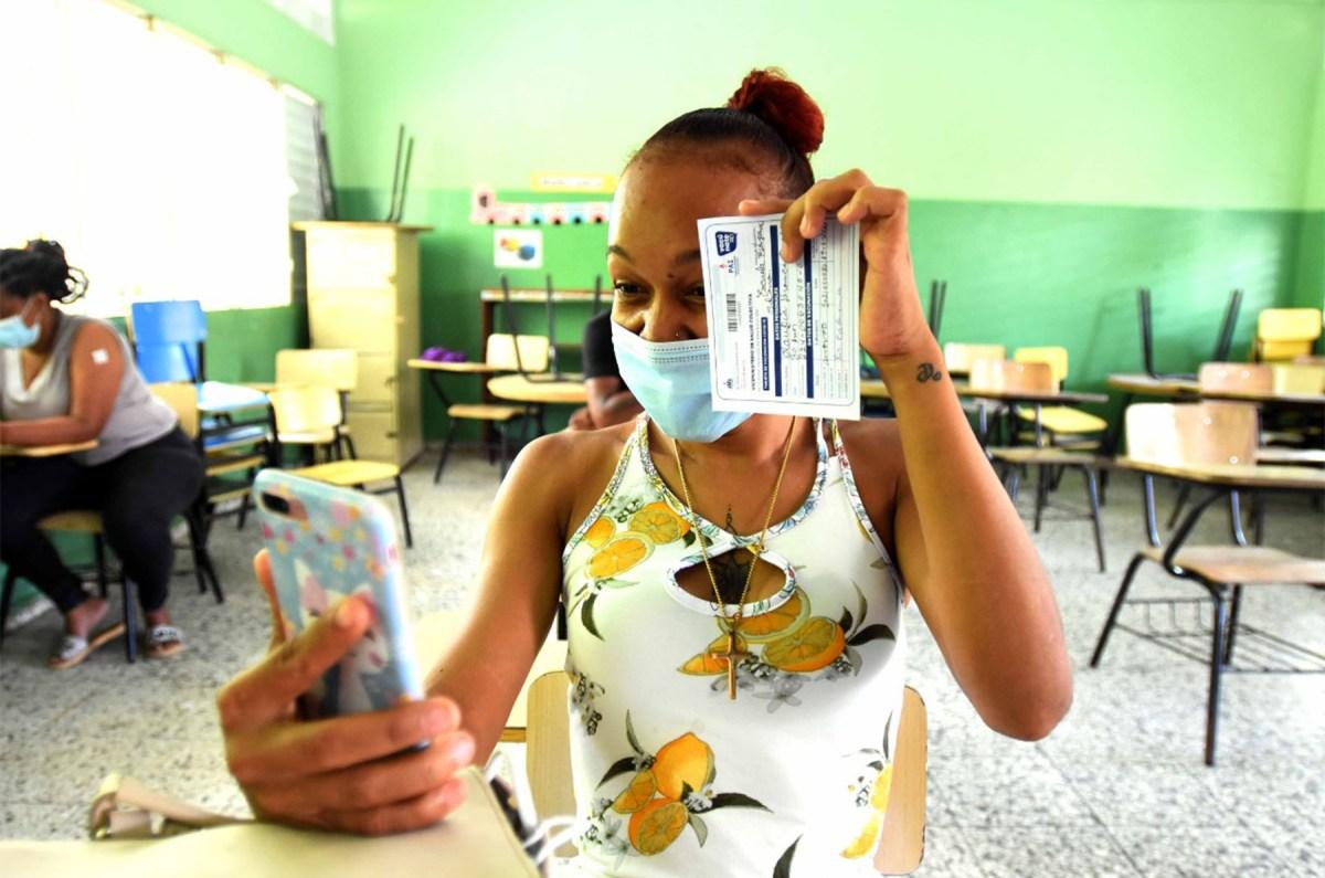 Residentes de todas las edades de Hato Nuevo acogieron la llamada del Ministerio de Economía, Planificación y Desarrollo de vacunarse contra la COVID19