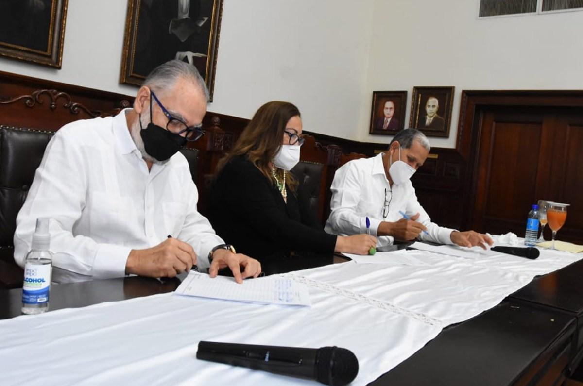 El ministro de Economía, Miguel Ceara Hatton, y la gobernadora de Santiago Rosa Santos firmán el acta constitutiva del consejo de desarrollo provincial.
