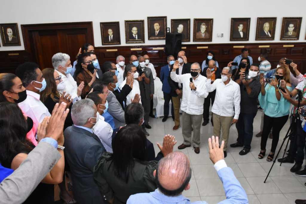 El ministro de Economía, Miguel Ceara Hatton, toma juramento a legisladores, ediles e integrantes de la sociedad civil que se juramentan como parte del consejo de desarrollo Provincial de Santiago.