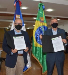 Miguel Ceara Hatton, ministro de Economía, Planificación y Desarrollo, y Clemente Baena Soares, embajador de la República Federativa de Brasil en República Dominicana.