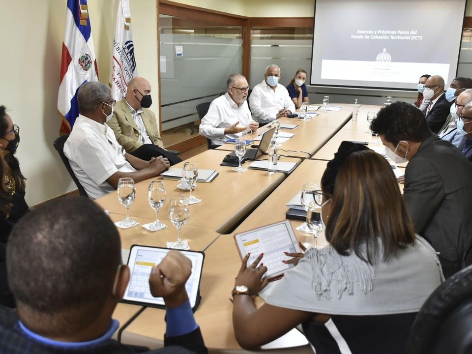 El ministro de Economía, Miguel Ceara Hatton, encabezó la reunión del Comité Interinstitucional del FCT en el salón Padre José Luis Alemán, junto el viceministro de Planificación e Inversión Pública, Pavel Isa.