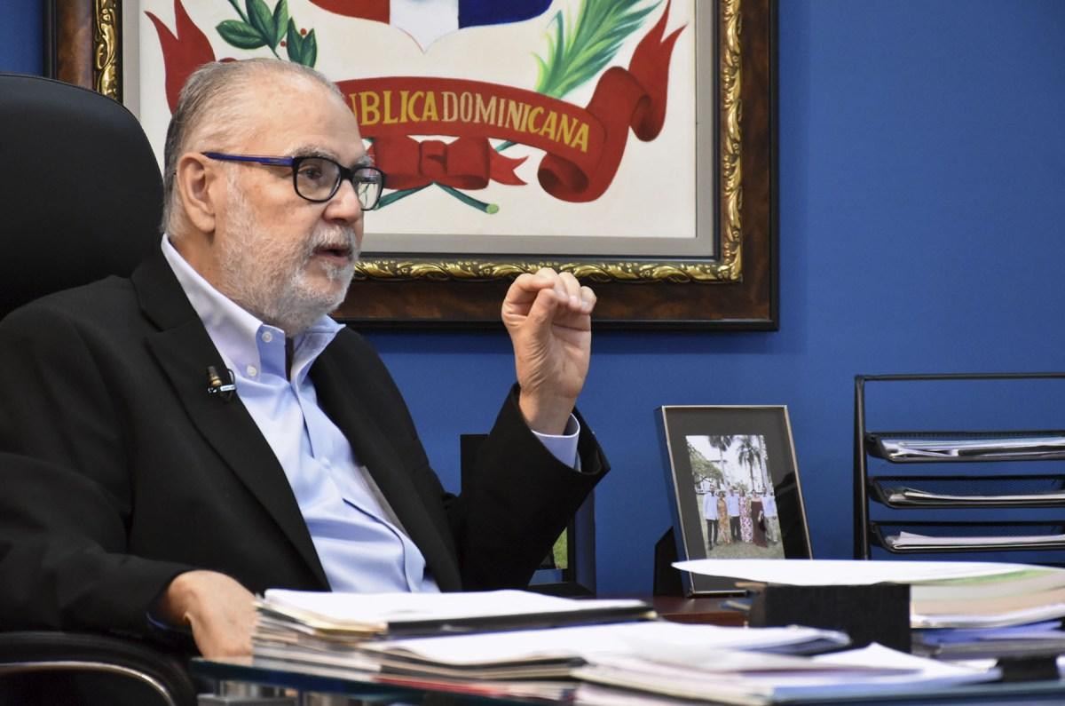 El Ministro de Economía, Planificación y Desarrollo, Miguel Ceara Hatton, junto al periodista Adolfo Salomón en su despacho.