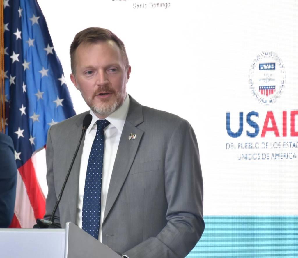 Encargado de Negocios de la Embajada de los Estados Unidos, Robert W. Thomas.