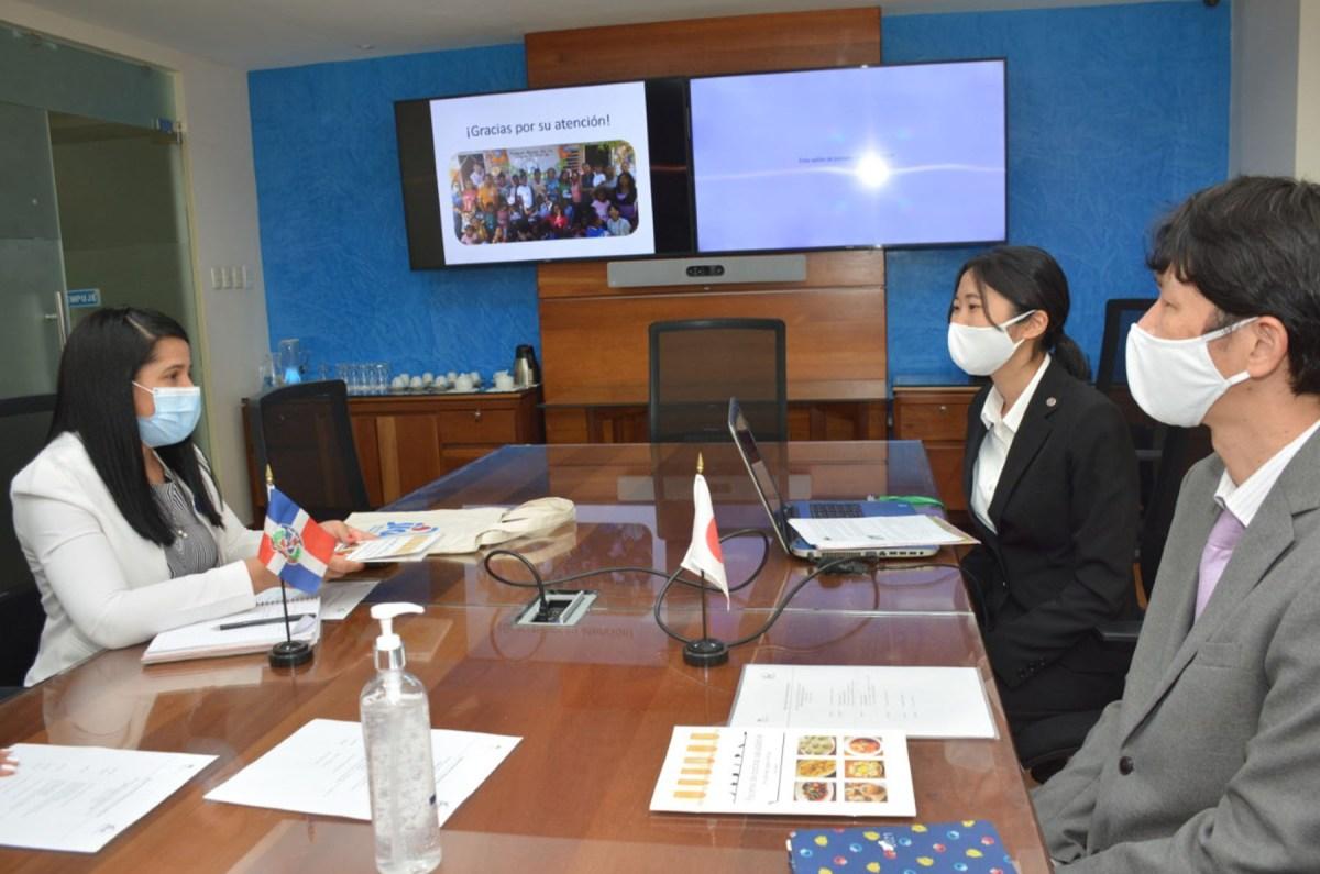 Rosanna Arias, directora de Cooperación Bilateral del Ministerio de Economía, Planificación y Desarrollo, recibe reporte del programa de Voluntario de la JICA.
