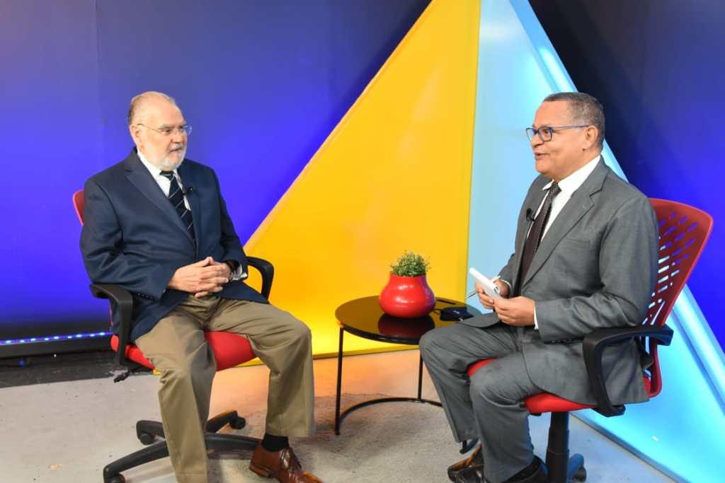 El periodista Fausto Rosario Adames entrevista al ministro de Economía, Planificación y Desarrollo, Miguel Ceara Hatton, pasando balance al primer año de gestión del presidente Luis Abinader.
