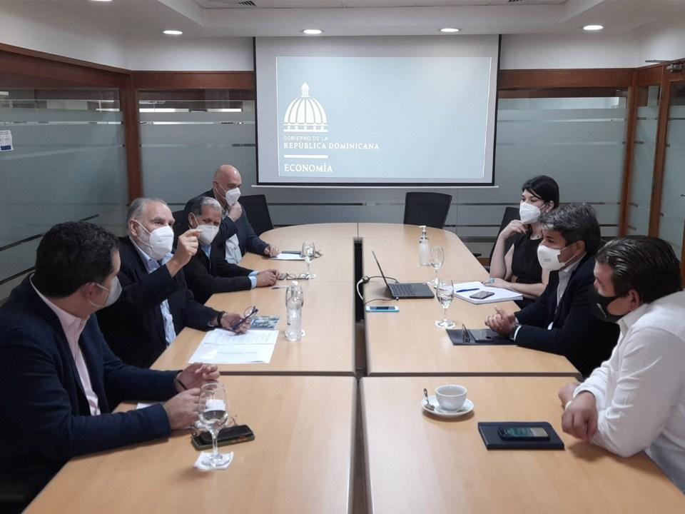 El ministro de Economía, Planificación y Desarrollo encabeza encuentro con la directiva de ASONAHORES.
