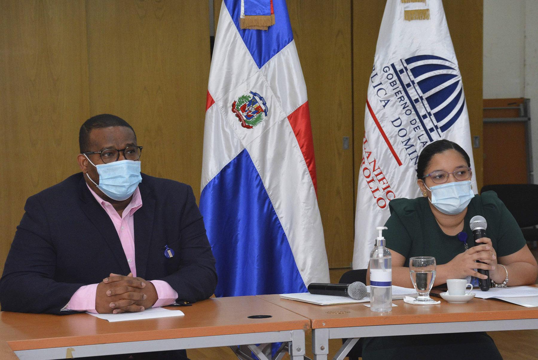 La encargada de la división de fortalecimiento institucional del CASFL, Emely Tejeda y el asesor Francisco Leonardo encabezaron el encuentro con las ASFL adscritas a fundaciones de educación superior y universidades.