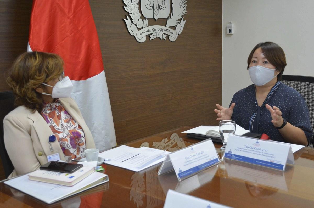 La viceministra de Cooperación Internacional, Olaya Dotel, recibe la visita de cortesía de consultores de la empresa japonesa Nippon Koei en el salón embajador Antonio Vargas del Viceministerio.