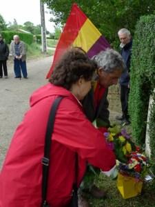 Lysiane CHANTRE et Georges ESPAGNOL déposent la gerbe de MER 47 devant la stéle de FRANCESCAS