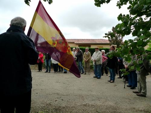 """Rassemblement devant la stéle de FRANCESCAS, au premier plan Michel MAZA dont le pére était l'un des """"mandos"""" des républicains espagnols du maquis de CASTELNAU SUR AUVIGNON"""