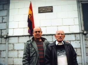 José Gimeno et son fils Jean devant la plaque de l'usine de Fumel