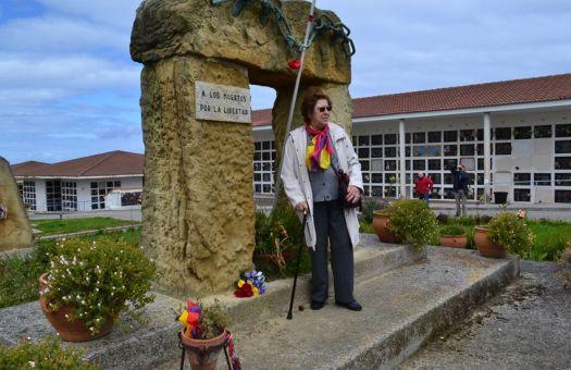 Marie_Carmen Audren Vega devant le monument du carré 52 du Ciriego ou repose son père, victime des crimes franquistes.